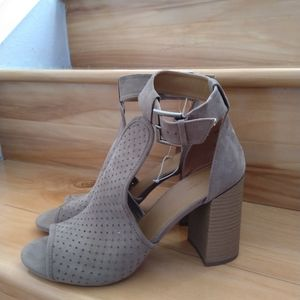 Universal Thread taupe high heels size 9.5